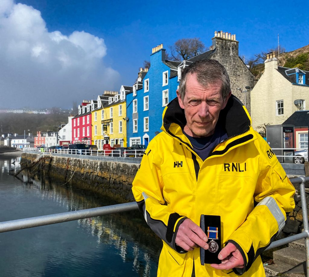 tobermory_rnli_second_mechanic_receives_30_year_long_service_medal